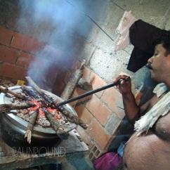 Vava menaruh bara api di atas wadah memasak guna mematangkan bagian atas masakan